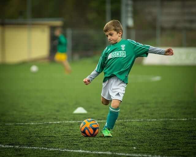 האם יש קשר בין גודל וסדר הילודה במשפחה לבין עמדה עתידית בקבוצת הכדורגל